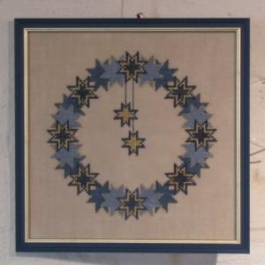 Einrahmung einer Stickerei, Motiv blauer Sternenkranz, mit Glas und farblich passendem Rahmen