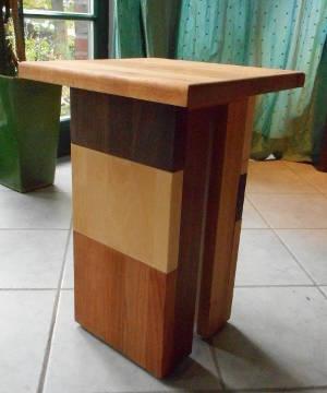 Hocker aus Massivholz mit Teilfläche aus Kirschbaum-Leimholz