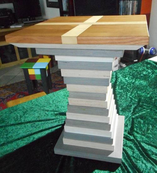 Hocker mit einer Sitzfläche aus Kirschbaum-Leimholz