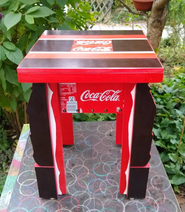 Unikat Coca-Cola-Hocker anläßlich einer Ausstellung in der Essener Galerie Schlag zum neunzigjährigen Jubiläum von Coca-Cola in Deutschland mit            Teilen aus Siebdruckplatte