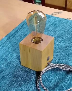 Kleine Lampe mit Lampenfuß aus Kantholz