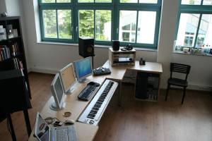 Beispiel für den Einsatz einer Birke-Multiplexplatte als Arbeitsplatte bei einem Keyboardmöbel