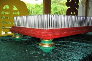 Nagelbrett aus rot gebeizter Birke-Multiplexplatte