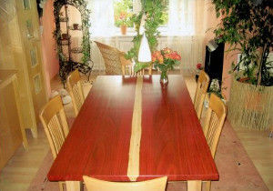 Tisch mit Leimholzplatte aus Padouk und europäischem Ahorn
