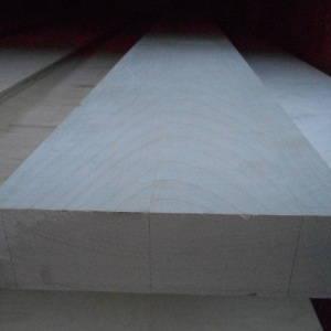 Ansicht eines Teilstücks einer 40mm Ahorn-Leimholzplatte mit durchgehenden Lamellen in Möbelqualität