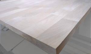 Detail einer Ahorn-Leimholzplatte mit keilgezinkten Lamellen in Möbelqualität