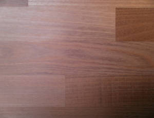 Detailansicht der Oberfläche einer Akazie-Leimholzplatte mit keilgezinkten Lamellen in Möbelqualität