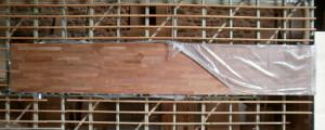 Ansicht einer Akazie-Leimholzplatte mit keilgezinkten Lamellen in Möbelqualität