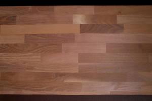 Teilansicht einer Akazie-Leimholzplatte mit keilgezinkten Lamellen in Möbelqualität