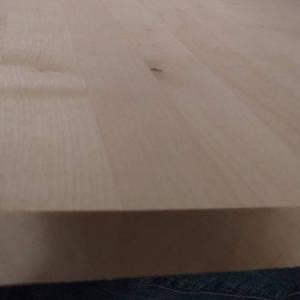 Teilansicht einer Birke-Leimholzplatte mit keilgezinkten Lamellen in Möbelqualität