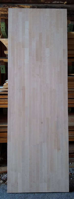 Ansicht einer Birke-Leimholzplatte mit keilgezinkten Lamellen in Möbelqualität