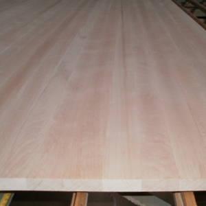 Seitenansicht einer Buche-Leimholzplatte mit durchgehenden Lamellen in Möbelqualität
