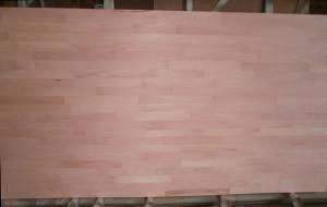 Ansicht einer Buche-Leimholzplatte mit keilgezinkten Lamellen in Möbelqualität