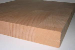 Ansicht der Plattenkanten einer Buche-Leimholzplatte mit keilgezinkten Lamellen in Möbelqualität