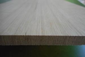 Ansicht der Kante einer Eiche-Leimholzplatte mit durchgehenden Lamellen in Möbelqualität