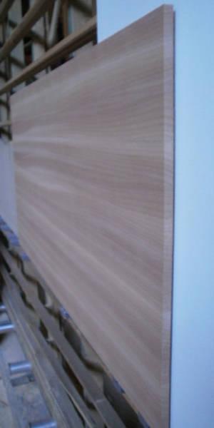 Ansicht einer Eiche-Leimholzplatte mit durchgehenden Lamellen in Möbelqualität