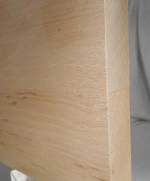 Ansicht einer 20mm Erle-Leimholzplatte mit durchgehenden Lamellen in Möbelqualität