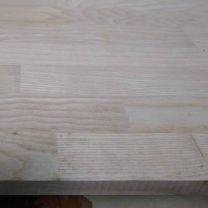 Esche-Leimholzplatten mit keilgezinkten Lamellen