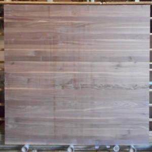Ansicht einer amerikanisch Nußbaum-Leimholzplatte mit durchgehenden Lamellen