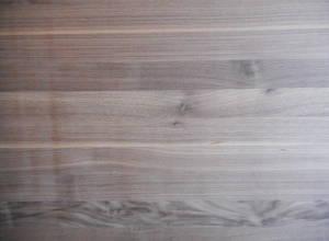 Oberfläche einer Amerikanisch-Nußbaum-Leimholzplatte mit durchgehenden Lamellen