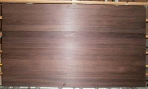 Ansicht einer ganzen Räuchereiche-Leimholzplatte mit durchgehenden Lamellen (KUNSTLICHT)