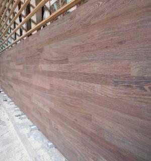 Ansicht aus einer anderen Perspektive einer Wenge-Leimholzplatte mit keilgezinkten Lamellen in Möbelqualität