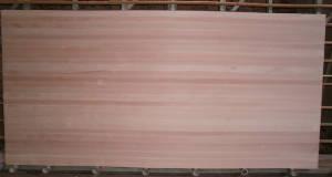 Ansicht einer ganzen Buche-Leimholzplatte mit durchgehenden Lamellen