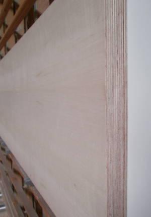 Ahorn-Multiplexplatte : Ansicht der Kante und des Deck-Furniers einer Seite