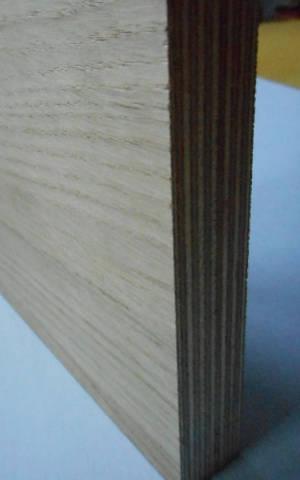 Eiche-Multiplexplatte : Ansicht der Kante und des Deck-Furniers einer Seite