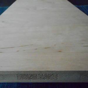 Ansicht einer Erle-Dreischichtplatte mit Ansicht der Mittellage mit den Lamellenköpfen