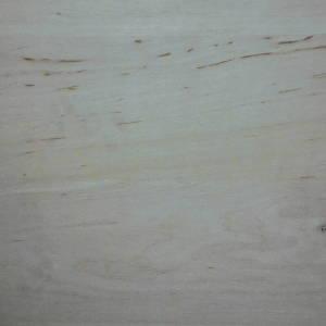 Ansicht der Oberfläche einer Erle-Dreischichtplatte