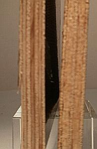 Siebdruckplattenaufbau im Vergleich - Links die osteuropäische 9mm-Platte mit 7 Schichten, rechts die asiatische mit 5 Schichten.
