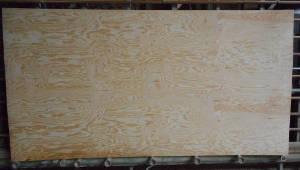 Gesamtansicht der A-Seite einer schälfurnierten Kiefer-Sperrholzplatte