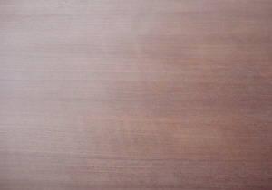 Deckfurnier einer messerfurnierten Ansicht einer Mahagoni-Tischlerplatte