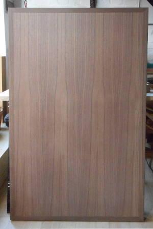 Bild einer Tischplatte gefertigt aus amerikanisch-nußbaum furnierter Tischlerplatte mit Nußbaum-Kantenanleimern