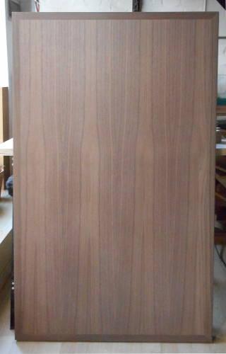 Bild einer Tischplatte gefertigt aus amerikanisch-nußbaum furnieter Tischlerplatte mit Nußbaum-Kantenanleimern