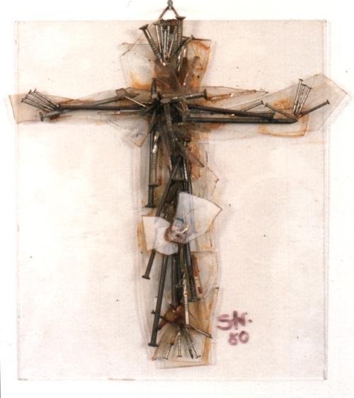 Kreuz aus Glas und gesammelten Schrott