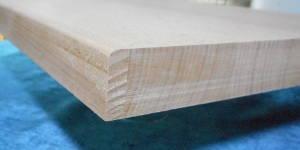Massives Buche-Brett aus Buche-Leimholzplatte mit durchgehenden Lamellen geschnitten, 26mm stark, Kanten an einer Seite nur oben mit 3mm Radius abgerundet