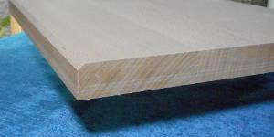 Massives Buche-Brett aus Buche-Leimholzplatte mit durchgehenden Lamellen geschnitten, 26mm stark, Kante an einer Seite nur oben mit 5mm Radius gefast