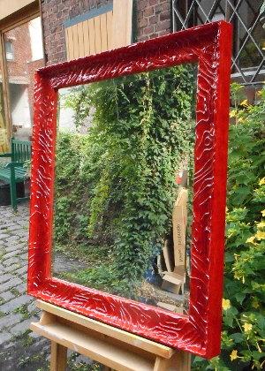 Spiegelrahmen in Rot mit hochglänzender Lackoberfläche